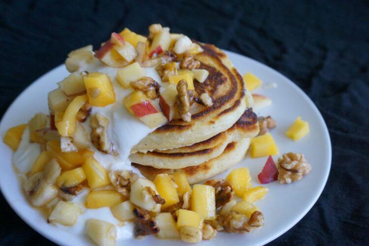 Pancakes mit Jogurt-Creme und Obstsalat